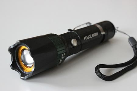 Policajná baterka so zoomom a prackou na opasok